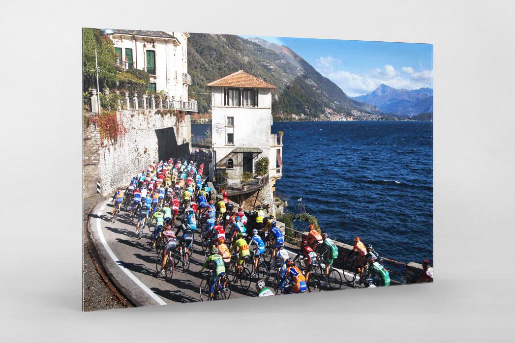 Hauptfeld und See bei Lombardei-Rundfahrt als Direktdruck auf Alu-Dibond hinter Acrylglas