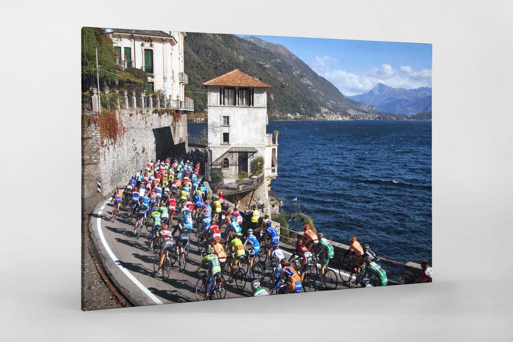 Hauptfeld und See bei Lombardei-Rundfahrt als Leinwand auf Keilrahmen gezogen