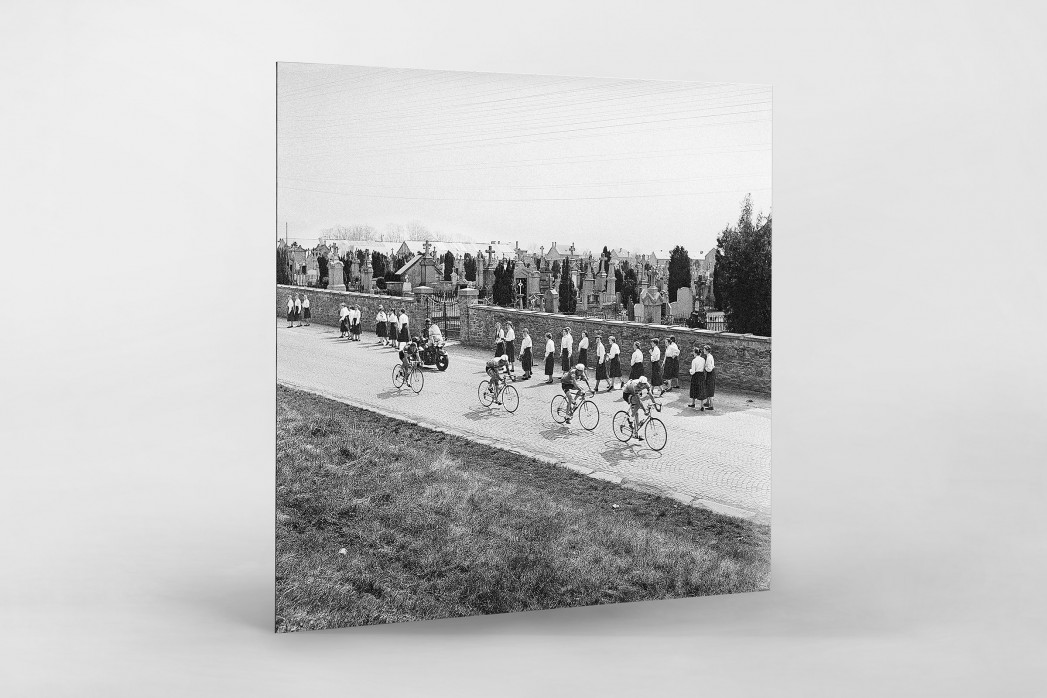 Vorbei am Friedhof bei Lüttich-Bastogne-Lüttich als auf Alu-Dibond kaschierter Fotoabzug