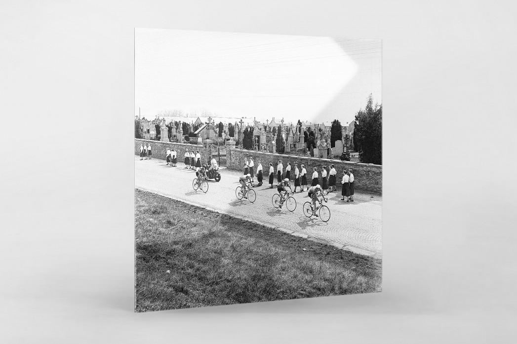 Vorbei am Friedhof bei Lüttich-Bastogne-Lüttich als Direktdruck auf Alu-Dibond hinter Acrylglas