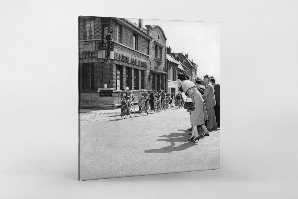Vorbei am Postamt bei Paris-Roubaix als Leinwand auf Keilrahmen gezogen