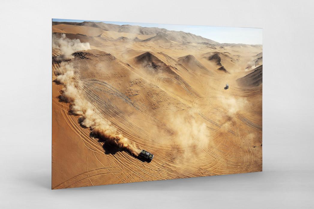 Autos im chilenischen Sand als auf Alu-Dibond kaschierter Fotoabzug