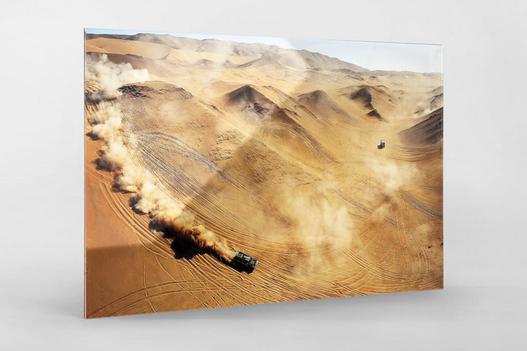 Autos im chilenischen Sand als Direktdruck auf Alu-Dibond hinter Acrylglas