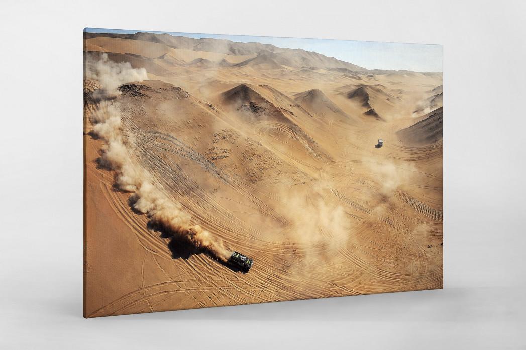 Autos im chilenischen Sand als Leinwand auf Keilrahmen gezogen