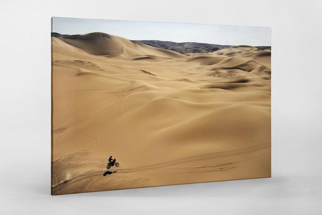 Motorrad im chilenischen Sand (1) als Leinwand auf Keilrahmen gezogen