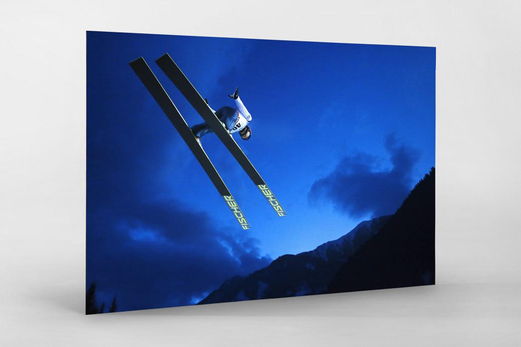 Skisprung in den Abendhimmel von Predazzo als auf Alu-Dibond kaschierter Fotoabzug