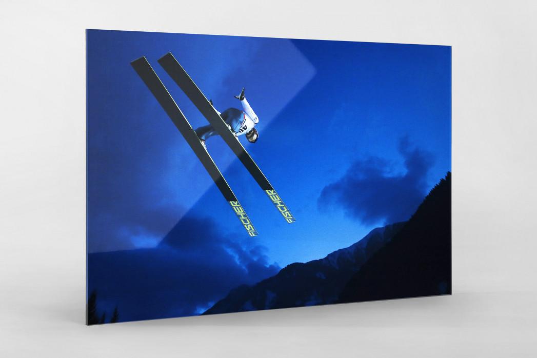 Skisprung in den Abendhimmel von Predazzo als Direktdruck auf Alu-Dibond hinter Acrylglas