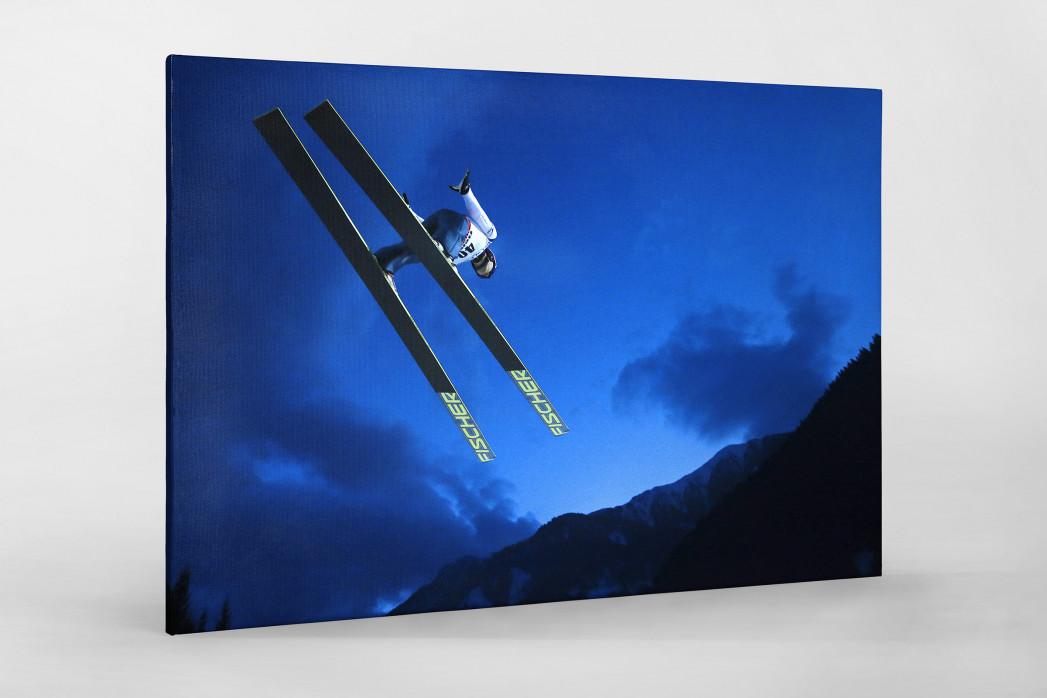 Skisprung in den Abendhimmel von Predazzo als Leinwand auf Keilrahmen gezogen