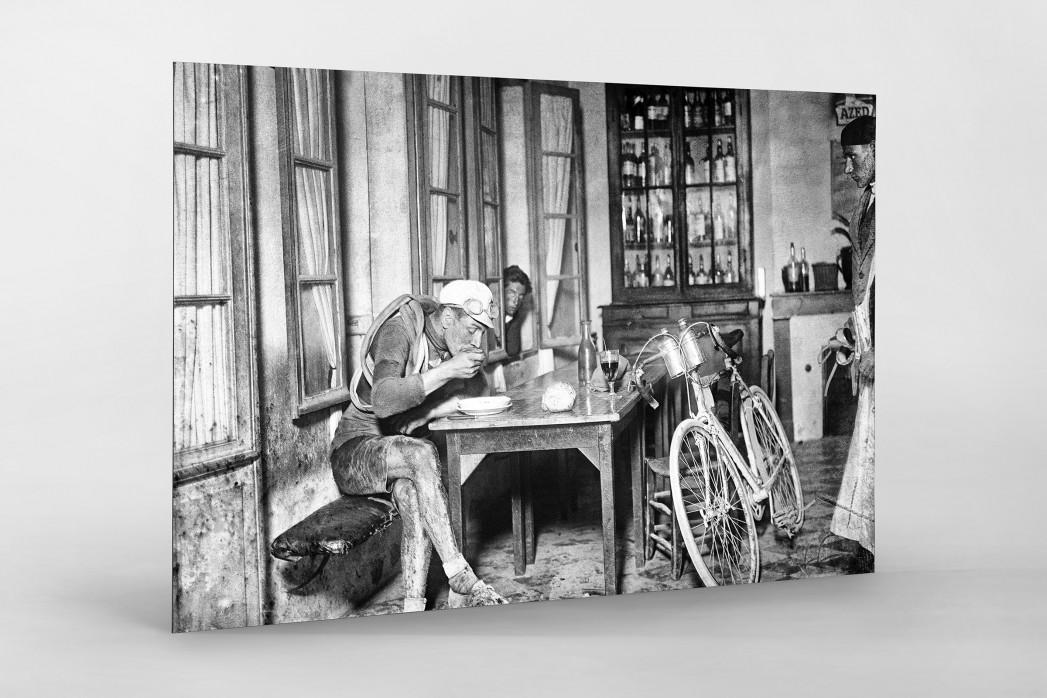 Rast im Wirtshaus bei der Tour 1922 als auf Alu-Dibond kaschierter Fotoabzug