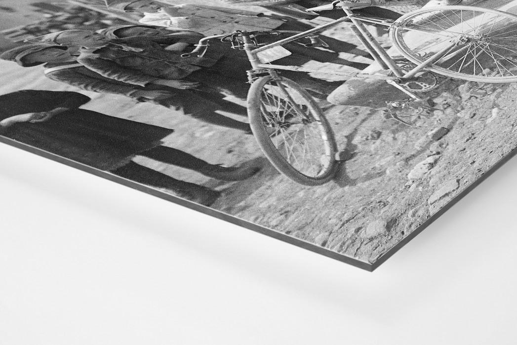 Ruhepause bei der Tour 1921 als auf Alu-Dibond kaschierter Fotoabzug (Detail)