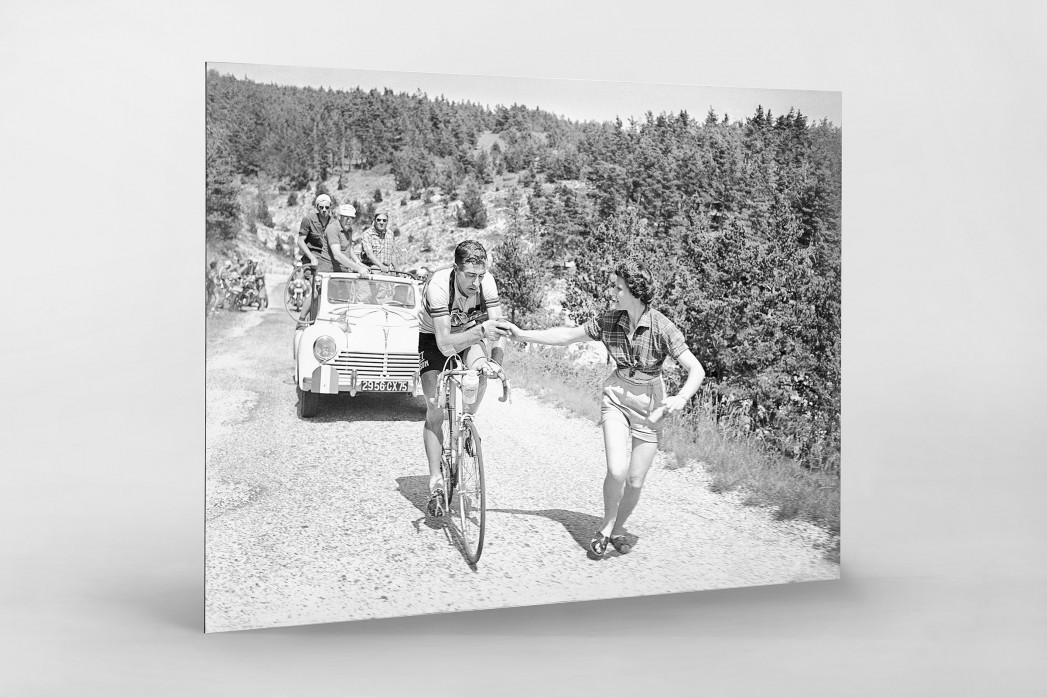 Apfel geben bei der Tour 1955 als auf Alu-Dibond kaschierter Fotoabzug