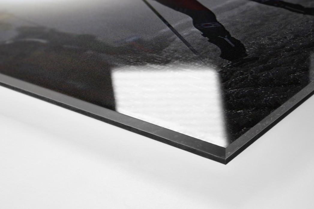 Das Biathlon Dunkel als Direktdruck auf Alu-Dibond hinter Acrylglas (Detail)