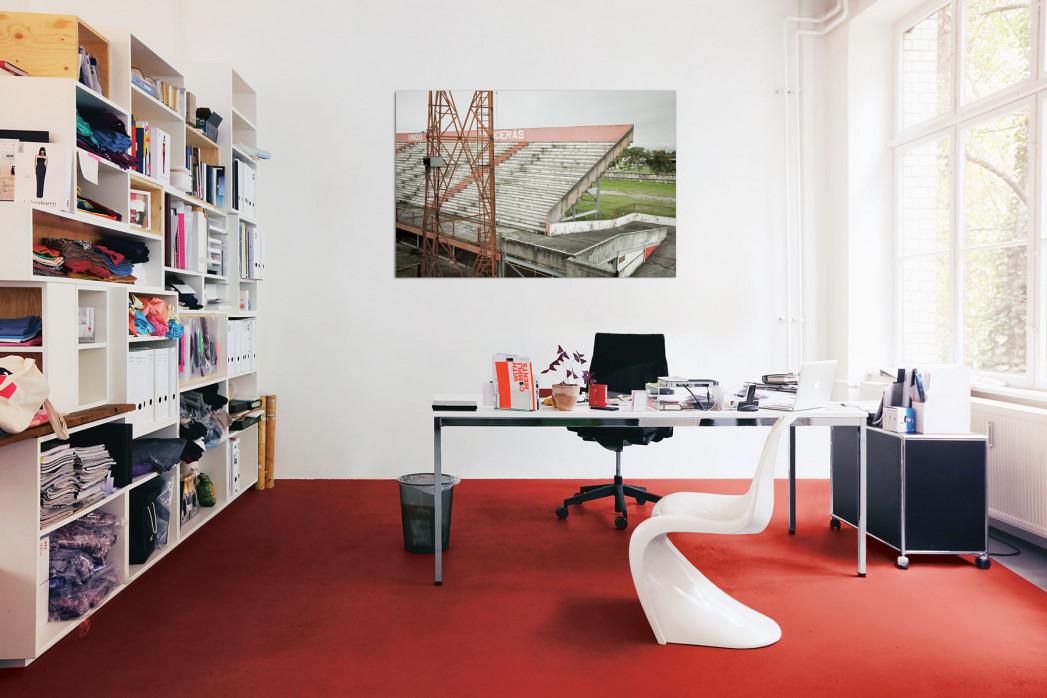 »Tribüne im Stadion Giulite Coutinho« in deinem Büro - 11FREUNDE BILDERWELT