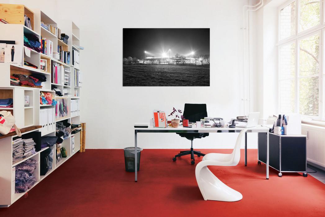 »Schwarzwald-Stadion bei Flutlicht (s/w)« in deinem Büro