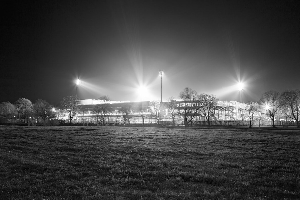 Schwarzwald-Stadion bei Flutlicht (s/w) - Christoph Buckstegen - 11FREUNDE BILDERWELT