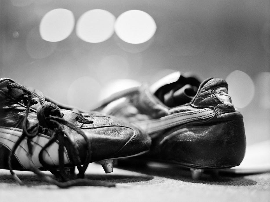 Maradonas Schuhe (Schwarzweiss) - Fußball Foto Wandbild - 11FREUNDE SHOP
