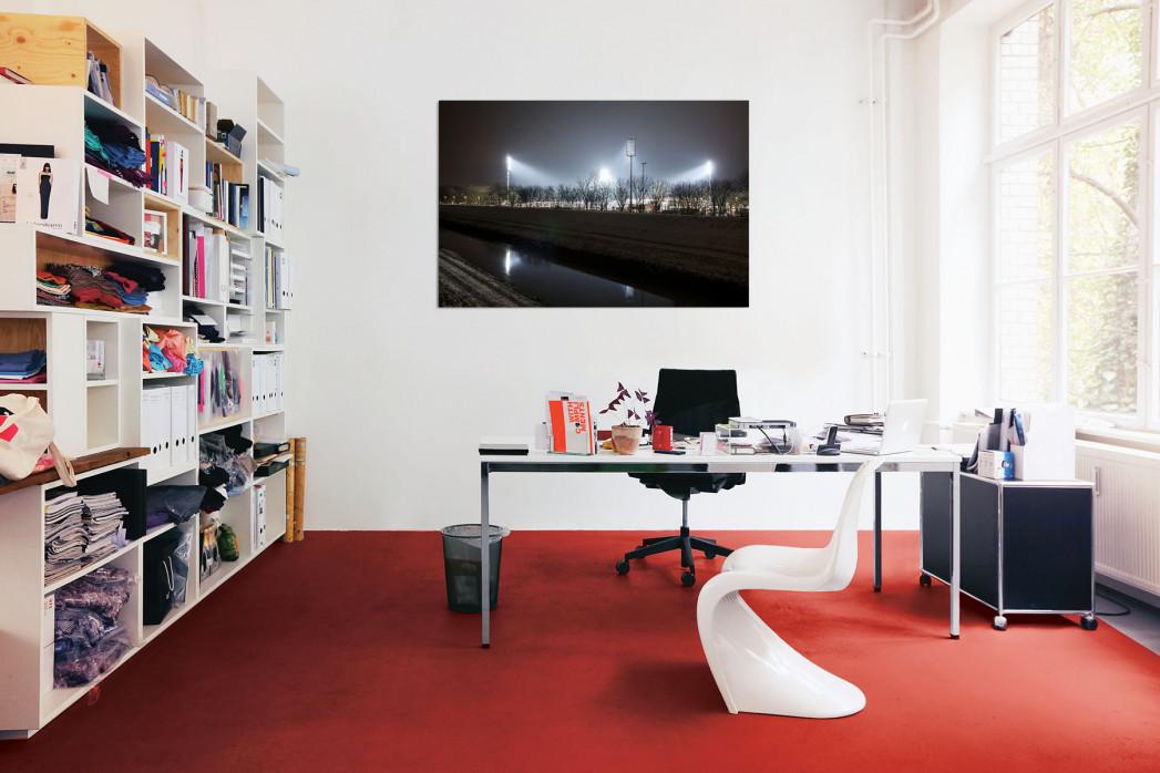 »Niederrheinstadion bei Flutlicht (Farbe)« in deinem Büro
