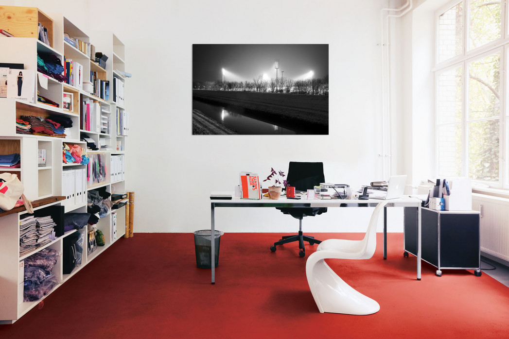 »Niederrheinstadion bei Flutlicht (s/w)« in deinem Büro