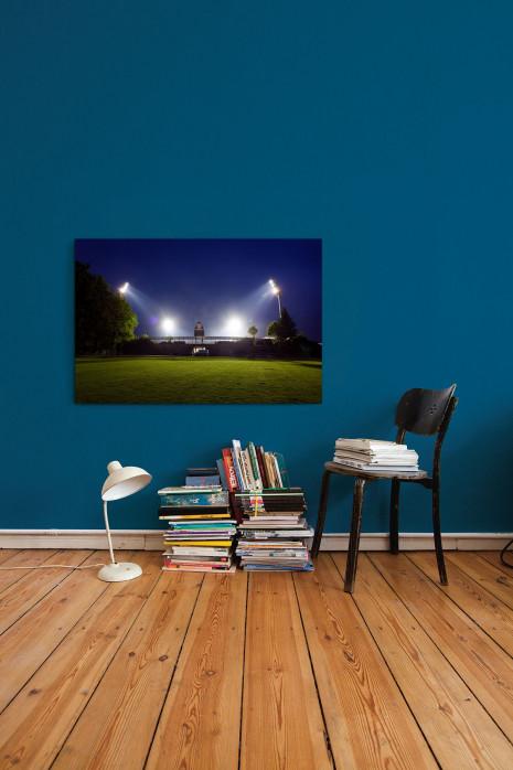 »Stadion am Böllenfalltor bei Flutlicht (Farbe)« an deiner Wand