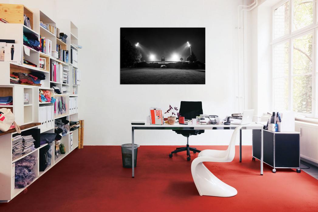 »Stadion am Böllenfalltor bei Flutlicht (s/w)« in deinem Büro