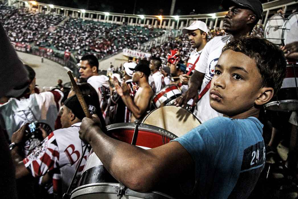 Young FC São Paulo Fan Playing Drums In The Stadium - Gabriel Uchida - 11FREUNDE BILDERWELT
