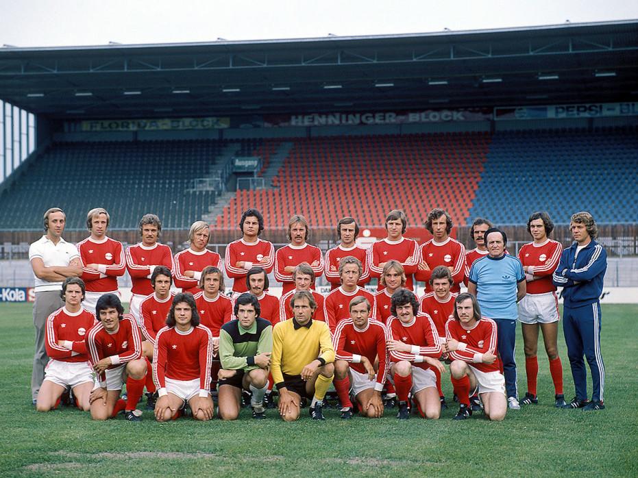 Kickers Offenbach Mannschaftsfoto 1975/76 - 11FREUNDE BILDERWELT