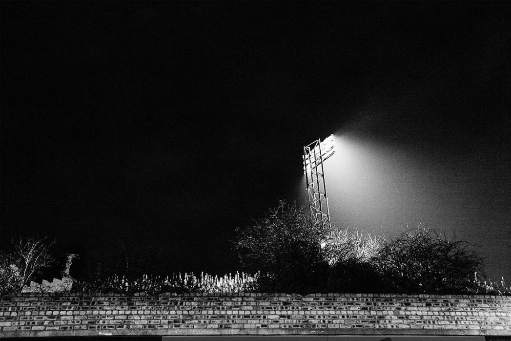 Flutlichtmast Cliftonhill Stadium - 11FREUNDE SHOP - Albion Rovers - Fußball Foto als Wandbild