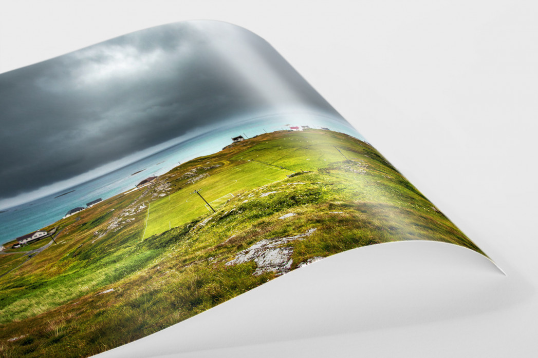 Rasenplatz an der schottischen Küste - Fußballfoto als Wandbild