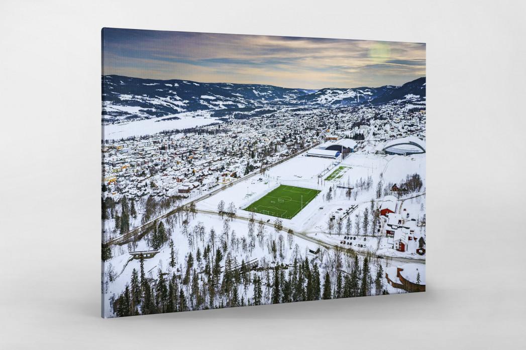 Grüne Oase in der Schneelandschaft von Lillehammer - Fußballplatz Foto als Wandbild