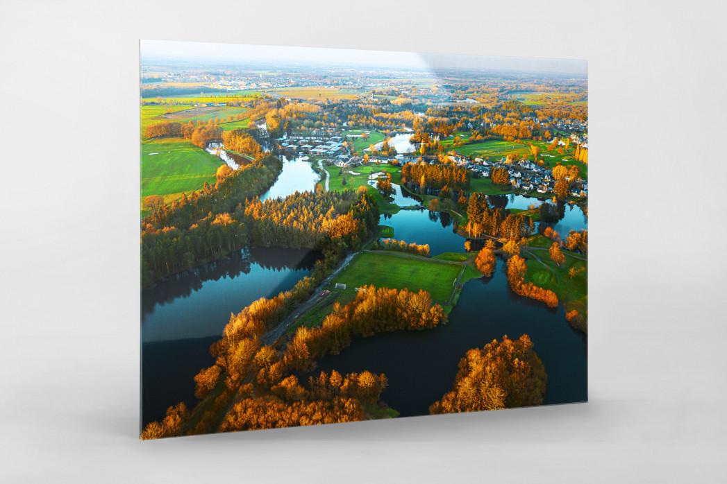 Fußballplatz in französischer Seenlandschaft - Foto als Wandbild