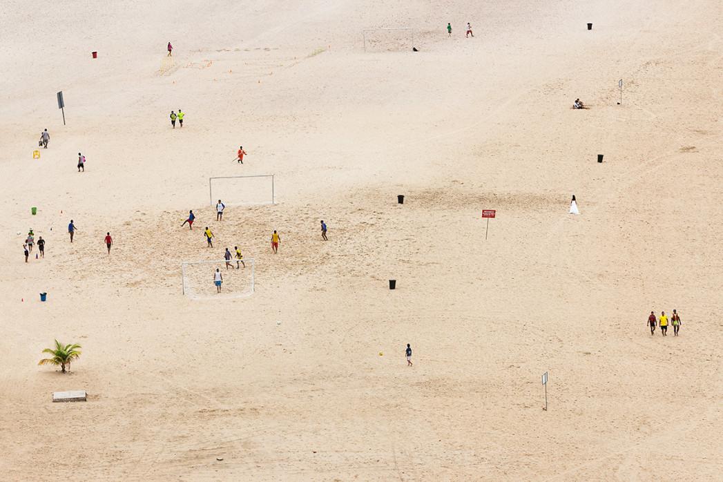 Kicken im Sand von Manaus - Fussball Wandbild - 11FREUNDE SHOP