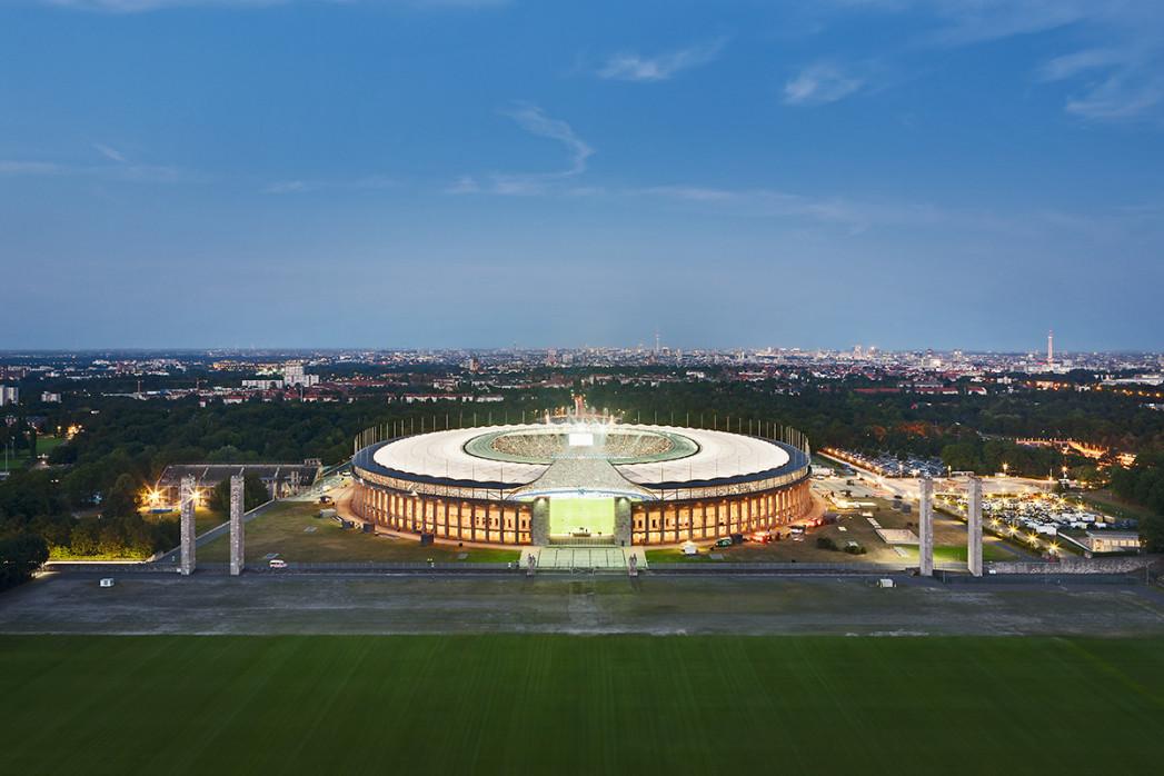 Olympiastadion und Berliner Skyline - Fußball Wandbild - 11FREUNDE SHOP