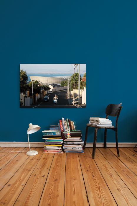 »Straße und Mofa vor dem Cape Town Stadium« an deiner Wand - 11FREUNDE BILDERWELT