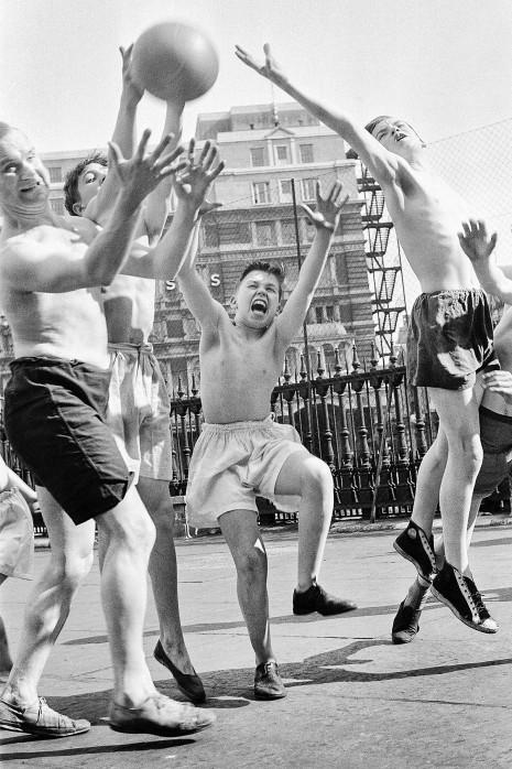 Ballspiel auf dem Schulhof (3) - Sport Fotografien als Wandbilder - NoSports Magazin - 11FREUNDE SHOP