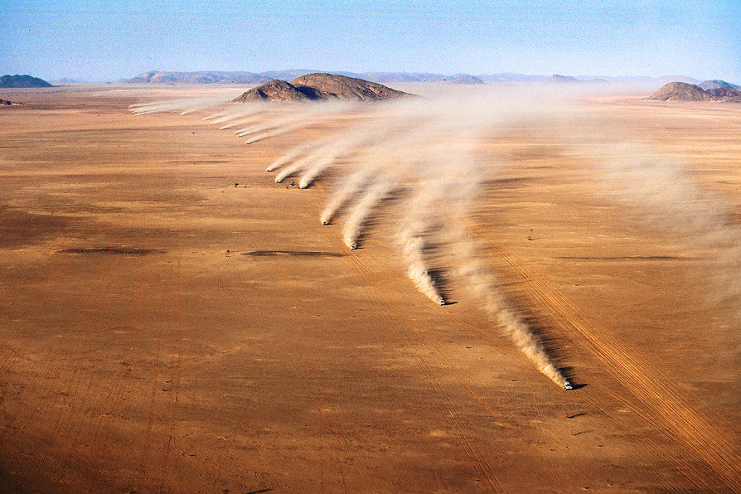 Autos im mauretanischen Sand - Sport Fotografien als Wandbilder - Rallye Motorsport Foto - NoSports Magazin - 11FREUNDE SHOP