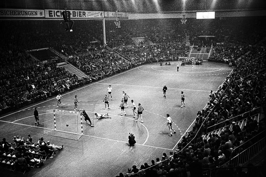 Handball in Kiel 1974 - Sport Fotografien als Wandbilder - Handball Foto - NoSports Magazin - 11FREUNDE SHOP