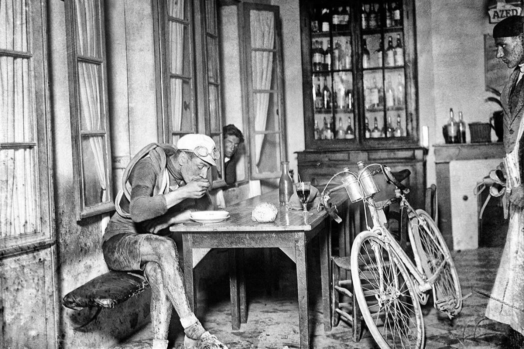 Rast im Wirtshaus bei der Tour 1922 - Sport Fotografie als Wandbild - Radsport Foto - NoSports Magazin