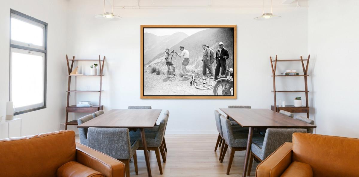 Reifenpanne bei der Tour 1947 - Sport Fotografien als Wandbilder - Radsport Foto - NoSports Magazin