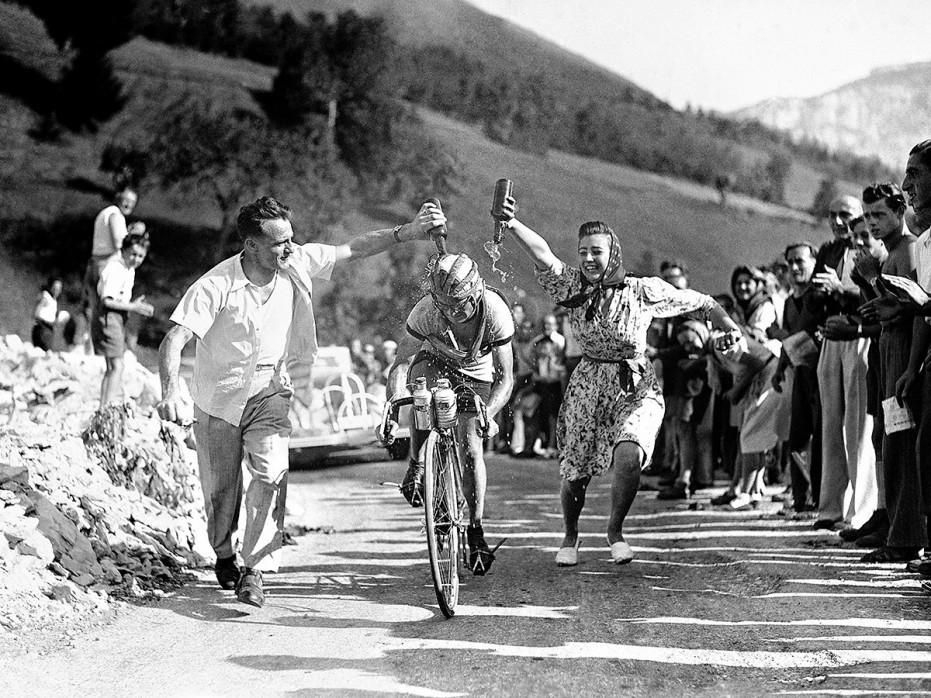 Zuschauer erfrischen bei der Tour 1947 - Sport Fotografie als Wandbild - Radsport Foto - NoSports Magazin