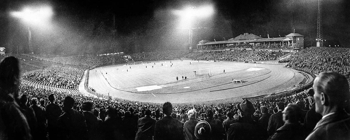 Frankfurter Waldstadion bei Flutlicht - Eintracht Frankfurt - 11FREUNDE SHOP - Fußball Foto als Wandbild