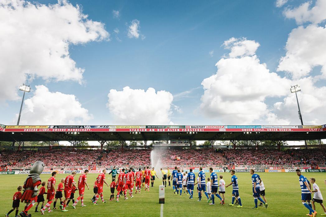 Alte Försterei vor dem Anstoss - 11FREUNDE SHOP - Fußball Foto Wandbild