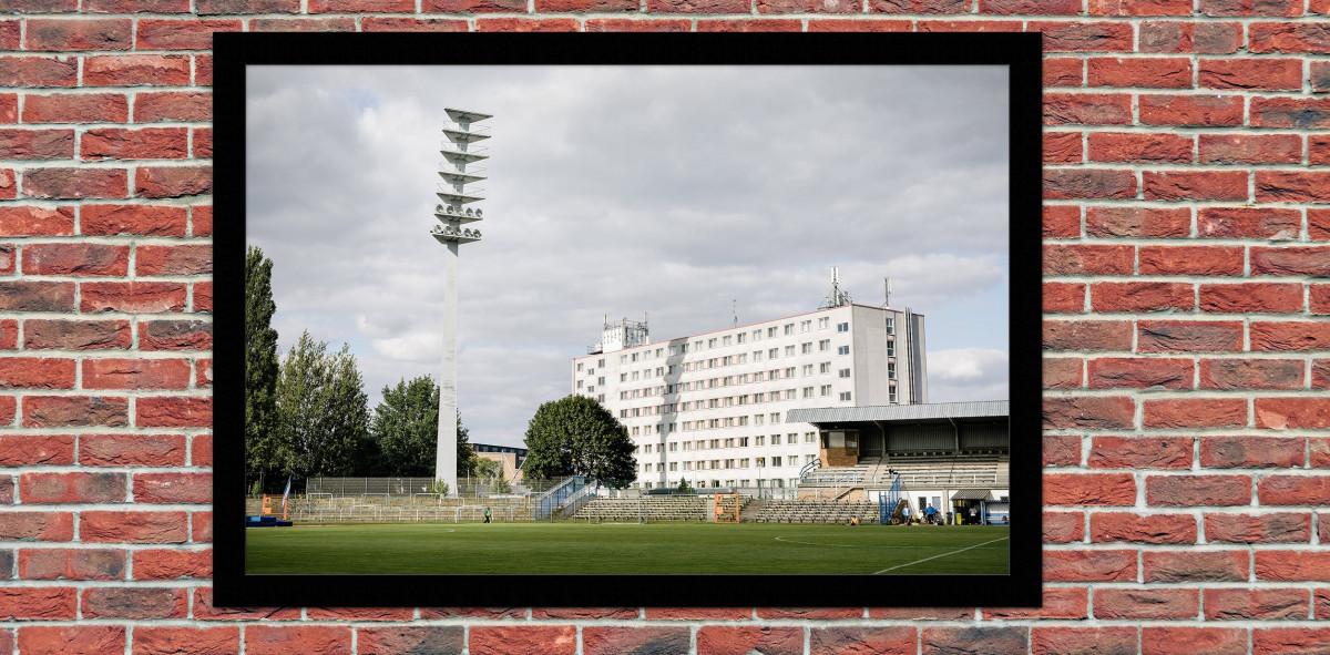 Flutlichtmast und Wohnblock Stahl Brandenburg - Reinaldo Coddou H. - 11FREUNDE SHOP