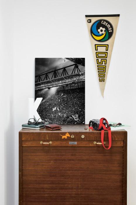 Gelbe Wand - Schwarzweiss (Hochformat 3) - Fußball Foto Wandbild - 11FREUNDE SHOP