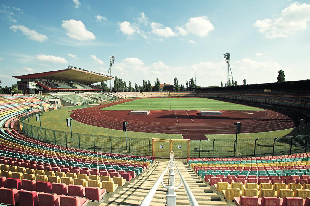 Blick in den Jahn-Sportpark - Robert Strehler - 11FREUNDE BILDERWELT