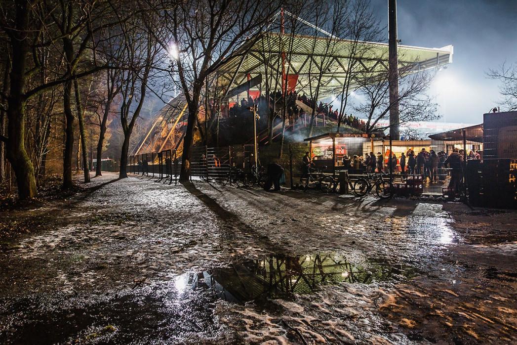 Draußen vor der Alten Försterei - Sebastian Wells - Fußball Foto als Wandbild