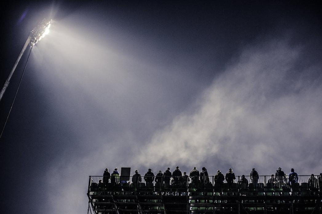 Zusatztribüne im Flutlicht - Sebastian Wells - 11FREUNDE SHOP