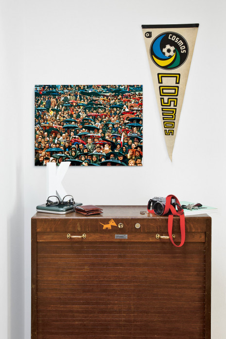 Zuschauer und Regenschirme - Fußball Foto Wandbild - 11FREUNDE SHOP