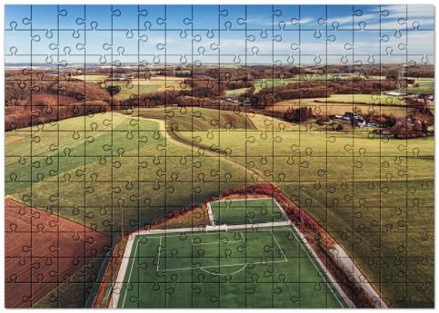 Puzzle: Fußballplatz in Feld-, Wald- und Wiesenlandschaft
