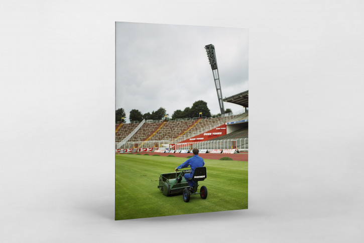Greenkeeper im Volksparkstadion 1997 - Fußball Foto Wandbild - 11FREUNDE SHOP