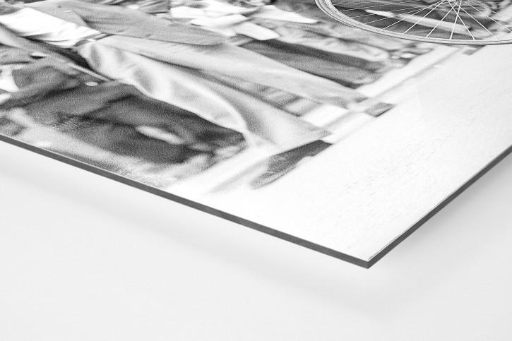 Festschnallen bei der Tour 1949 - Sport Fotografien als Wandbilder - Radsport Foto - NoSports Magazin